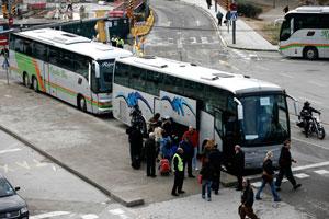 Autobuses del servicio alternativo para enlazar con el aeropuerto. (Foto: Santi Cogolludo)