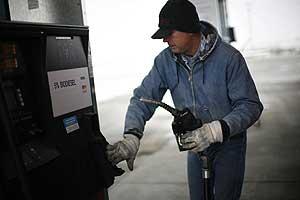 Un camionero en un surtidor de biodiesel en la ciudad de Nevada, Iowa, EEUU (Reuters/Jason Reed)