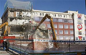 Una excavadora prosigue hoy con los trabajos de demolición del ala del colegio del Sagrado Corazón de Madrid que se desplomó. (EFE)