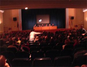 Un momento de la reunión celebrada en el teatro del colegio Recuerdo. (R. Bécares)