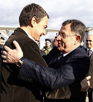 Zapatero y el primer ministro del Líbano, Fuad Siniora, se dan un abrazo en el aeropuerto de Beirut. (Foto: EFE)