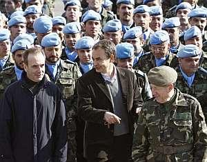Zapatero y Alonso posan con los oficiales y soldados destinados en el Líbano. (Foto: EFE)