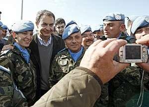 Zapatero se hace una foto con un matrimonio de soldados. (Foto: EFE)