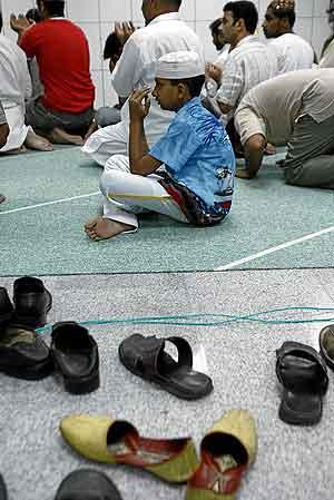 Un grupo de musulmanes reza en la mezquita del Raval (Foto: Santi Cogolludo)