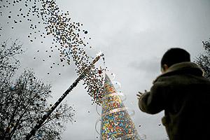 Un niño obseva la suelta de globos del Árbol de los Deseos. (Foto: Antonio M. Xoubanova)