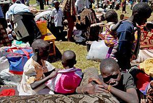 Desplazados de la tribu Luo se refugian en una comisaría de policía en Limuru, a unos 40 kilómetros a las afueras de Nairobi. (Foto: EFE)