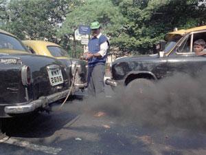 Un policía de Calcuta controla la contaminación de un taxi. (Foto: REUTERS)