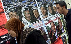 Cárteles de protesta contra Ehud Olmert, Bush y Shimon Peres, en una calle de Jerusalén. (Foto: EFE)
