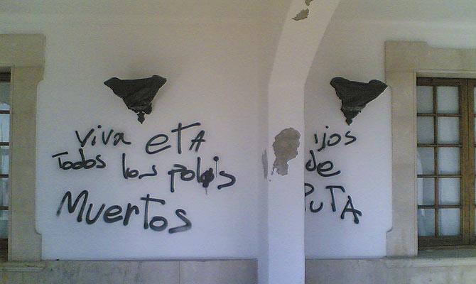 Pintada aparecida hace tres semanas en la fachada del hotel Sis Pins. (Foto: Elizabeth Lynch)