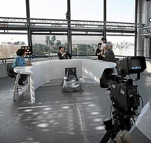 El conductor del canal de información France 24, Taoufik Mjaied, arranca la emisión en abril de 2007 en el Instituto del Mundo Árabe de París. (Foto: AFP)