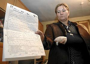 La mujer agredida muestra el parte médico de lesiones. (Foto: CARLOS ESPESO)