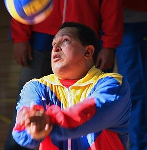 Hugo Chávez juega al voleibol durante un acto en Caracas. (Foto: AFP)