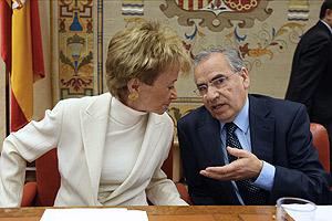 De la Vega charla con Alfonso Guerra, momentos antes de su intervención en las Cortes. (Foto: EFE)