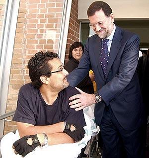 Rajoy saluda a un paciente del Hospital Nacional de Parapléjicos de Toledo. (Foto: EFE)