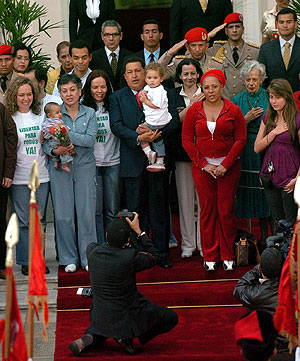 Chávez, con las liberadas, en Caracas. (Foto: EFE)