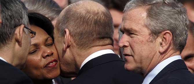 Ehud Olmert saluda con un efusivo beso a Condoleezza Rice a la llegada de esta y de George Bush a Tel Aviv. (Foto: S. Walsh)
