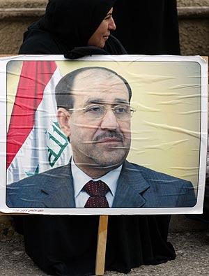 Una mujer sujeta una fotografía del primer ministro iraquí, Nuri al Maliki. (Foto: AFP)