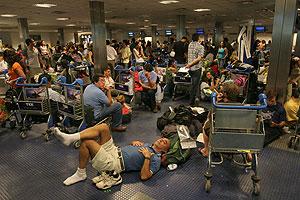 Algunos pasajeros atrapados en el aeropuerto. (Foto: AP)