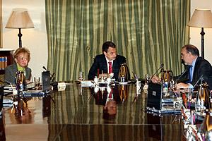Zapatero, junto a De la Vega y Solbes, durante el Consejo de Ministros que ha aprobado la disolución. (Foto: EFE)