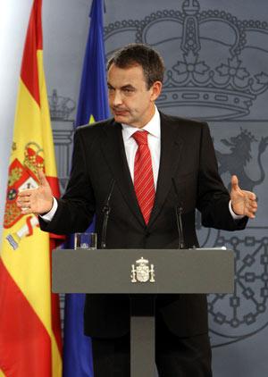 Zapatero, durante la lectura de su declaración institucional tras la disolución de las Cortes. (Foto: EFE)