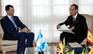 El príncipe de Asturias conversa con Alvaro Colom antes de su investidura. EFE