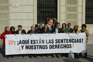 La dirección de Ciutadans frente a la Delegación del Gobierno acusando de 'mentiroso' a Zapatero. (Foto. Domènec Umbert)