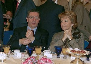 Gallardón y Aguirre hablan momentos antes de la intervención de Rajoy en el Nueva Economía Fórum. (Foto: EFE)