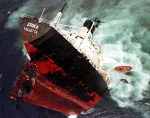 El 'Erika' empieza a hundirse el 13 de diciembre de 1999. (Foto: REUTERS)
