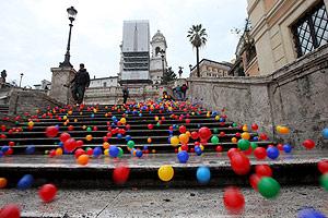 Las pelotas descienden por la conocida escalinata. (Foto: EFE)