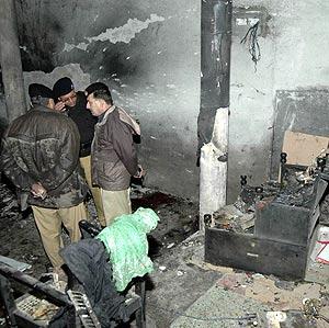 El interior de la mezquita chií, dañado por el atentado suicida. (Foto: REUTERS)