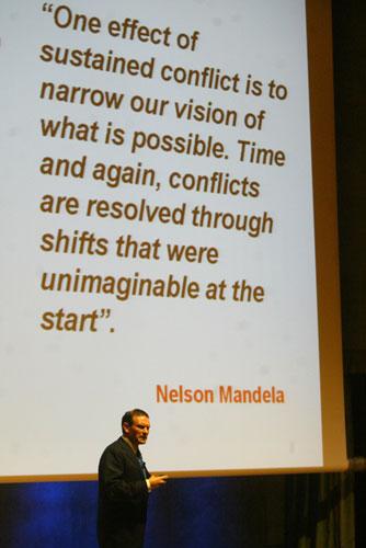 Ibarretxe ha ilustrado su conferencia con discursos y referencias de líderes políticos y artistas. En la imagen, frente a un escrito de Nelson Mandela. (Foto: Quique García)
