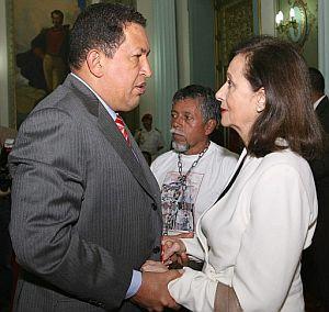 Chávez en una reunión con familiares de secuestrados: Yolanda Pulecio, madre de Ingrid Betancourt y Gustavo Moncayo, que tiene un hijo rehén. (Foto: EFE)