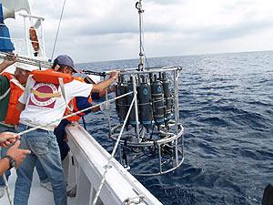 Investigadores del IEO miden salinidad y temperatura. (Foto: IEO)