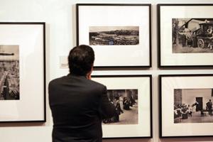 Un visitante observa las fotografías de Alfonso. (Foto: LETICIA PÉREZ / ICAL)