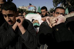 Entierro de Mahmoud al-Bana, fallecido durante un bombardeo israelí en Gaza. (Foto: Reuters)