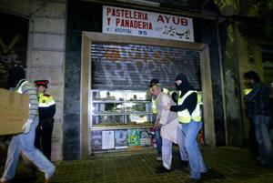 El momento en el que han regresado con uno de los detenidos. (Foto: Quique García)