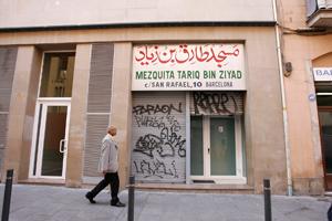 La entrada trasera a la mezquita de la calle Hospital. (Foto: Santi Cogolludo)