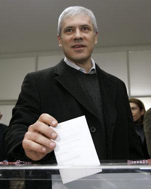 Boris Tadic, presidente de Serbia, vota en Belgrado. AP
