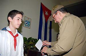 Raúl Castro, hermano de Fidel, vota en un colegio de La Habana. (Foto: AP)