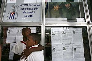 Dos estudiantes, ante uno de los paneles de un colegio electoral con los candidatos y peticiones por el voto unido. (Foto: AP)