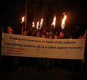 Ciudadanos palestinos se manifiestan con antorchas en la ciudad de Gaza. (Foto: REUTERS)