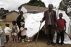 Un hombre y un grupo de niños, en un campo de refugiados en Eldoret. (Foto: AFP)