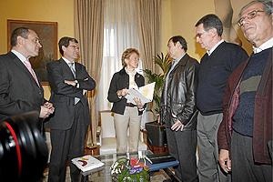 La vicepresidenta del Gobierno, Maria Teresa Fernández, durante la reunión con los afectados por la pantanada de Tous. (Foto: José Cuéllar)