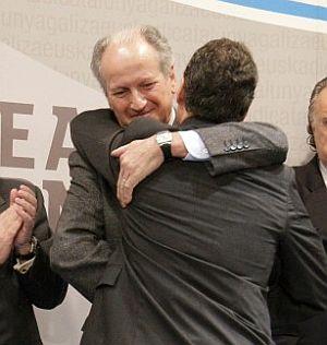 Atutxa, de frente, abrazado al presidente del PNV, Íñigo Urkullu. (Foto: EFE)