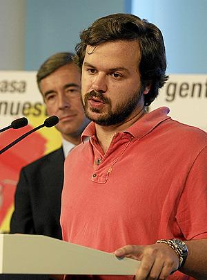 El presidente de Nuevas Generaciones, Nacho Uriarte, junto a Ángel Acebes. (Foto: JULIÁN JAÉN).