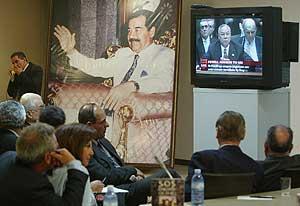 Imagen de archivo de febrero de 2003 de responsables iraquíes del régimen de Sadam siguiendo el discurso de Powell en la ONU, durante la presentación de las pruebas contra Irak . (Foto: AP)