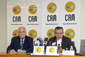 El presidente de la CAM, Vicente Sala, junto al director general, Roberto López, durante la rueda de prensa. (Foto: EFE)