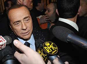 Berlusconi habla con la prensa tras conocerse la derrota de Prodi en el Senado. (Foto: AFP)