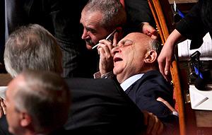El senador italiano Cusumano se sintió indispuesto y se desmayó. (Foto: AFP)