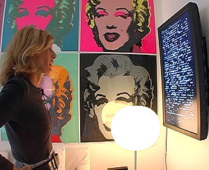Sapey observa uno de sus cuadros digitales.